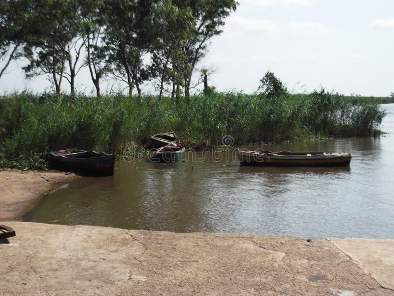 有小船的跳船在河,莫桑比克 免版税库存图片