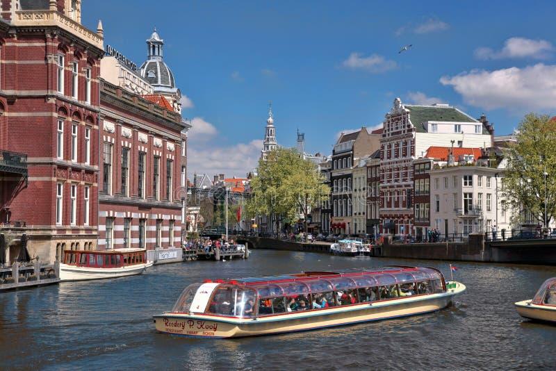 有小船的阿姆斯特丹在运河在荷兰 免版税库存照片