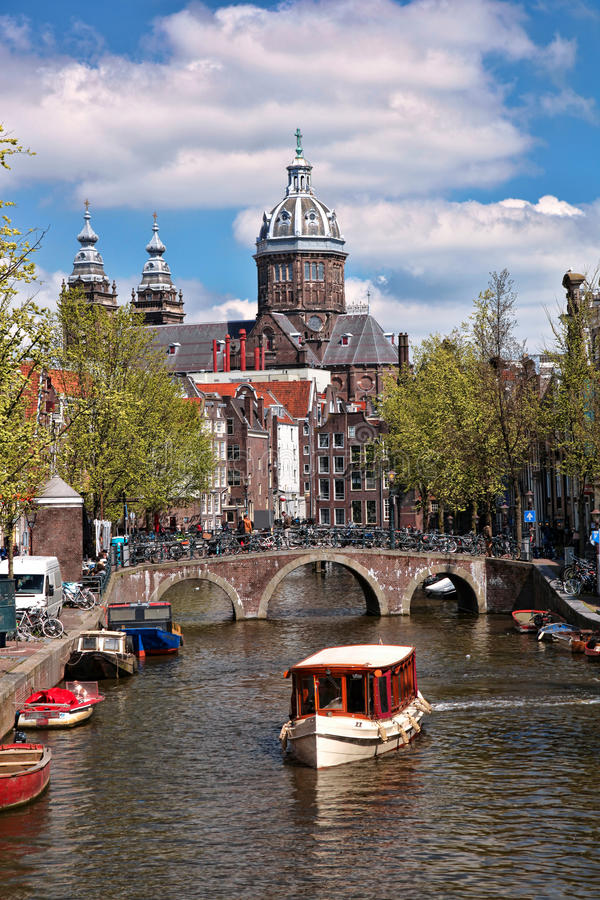 有小船的阿姆斯特丹在运河在荷兰 免版税库存图片