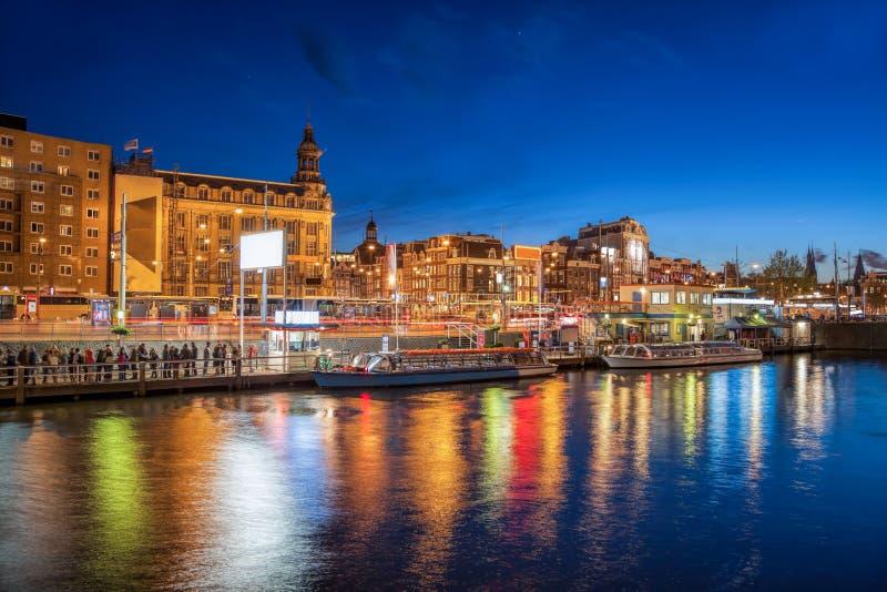 有小船的阿姆斯特丹市在运河在荷兰 图库摄影