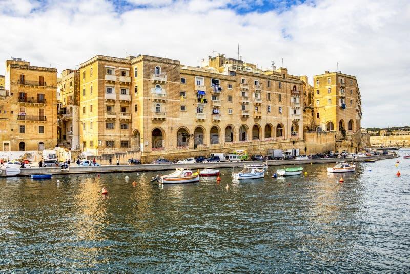 有小船的马尔他城市江边和马尔他建筑学 库存图片