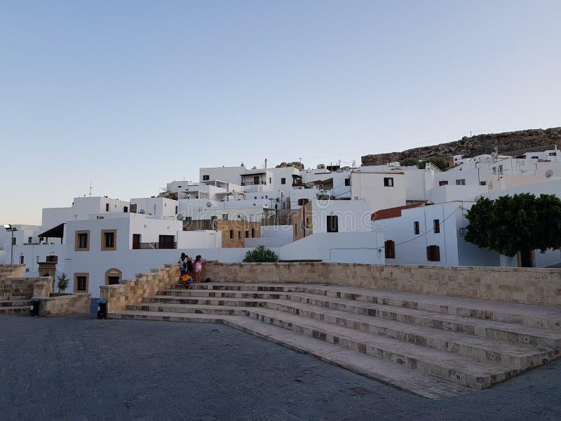 有小解决白色房子的老石台阶反对无云的天空蔚蓝的 图库摄影