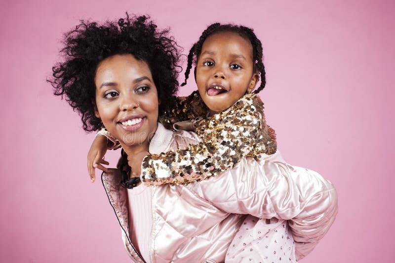 有小逗人喜爱的女儿的h年轻俏丽的非裔美国人的母亲 库存图片
