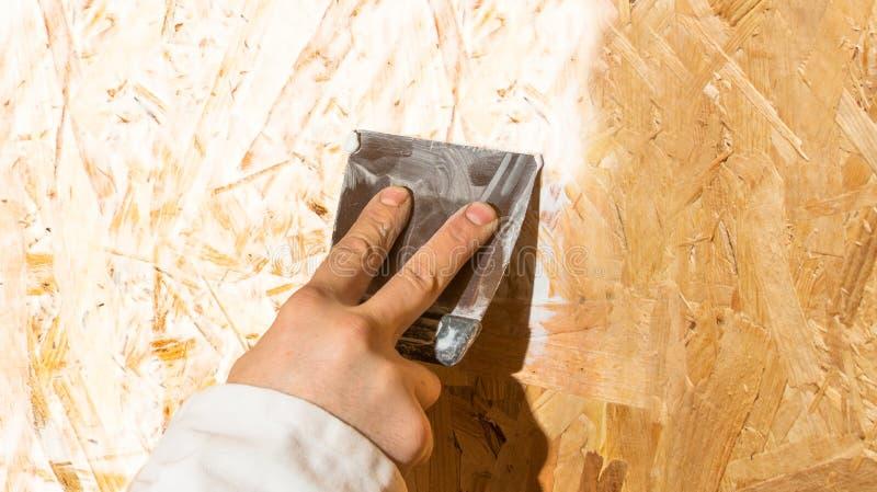 有小铲的手 免版税库存照片