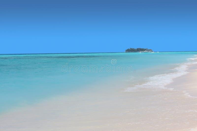 有小离开的海岛的蓝色海 库存图片
