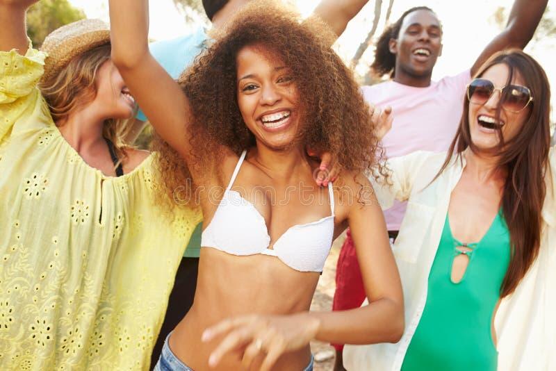 有小组年轻的朋友在海滩的党一起 免版税库存照片
