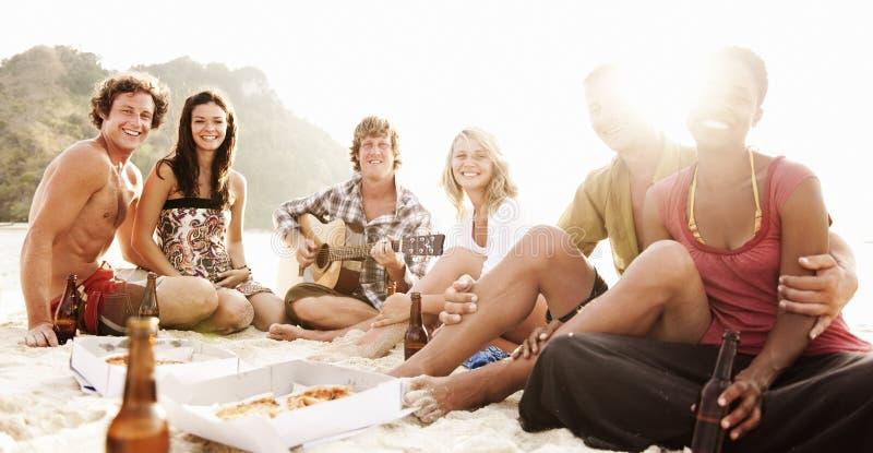有小组的朋友夏天海滩党 免版税图库摄影