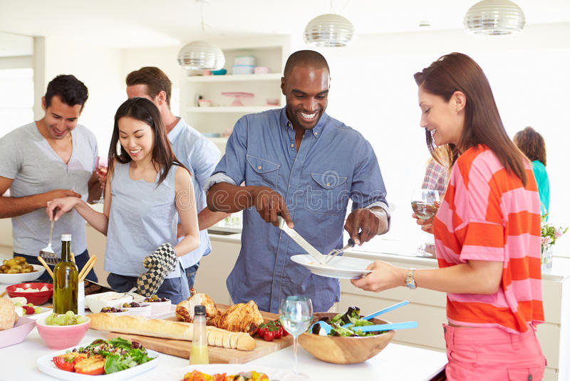 有小组的朋友晚餐会在家 库存图片