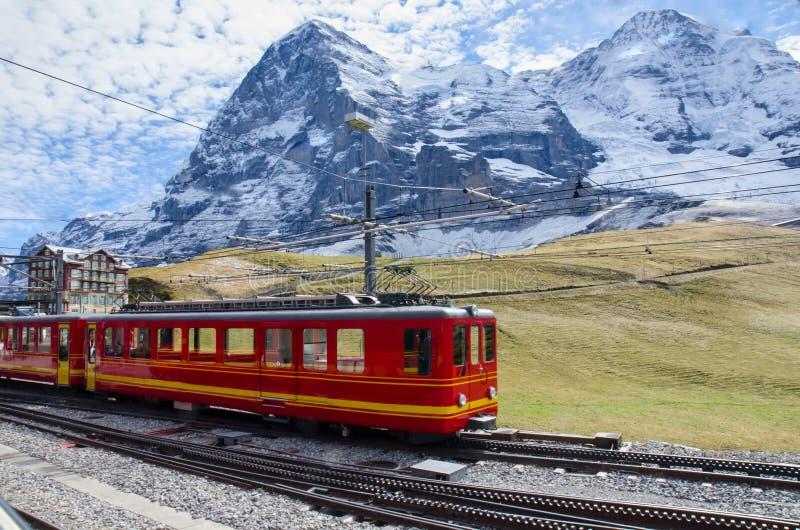 有少女峰山的,瑞士红色火车 免版税库存照片