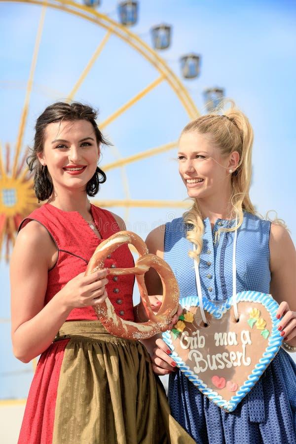 有少女装的女孩做在munic的oktoberfest wiesn 库存图片