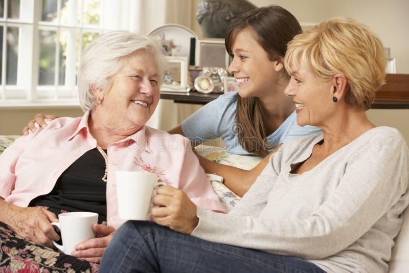 有少年孙女参观的祖母的成人女儿 免版税库存照片