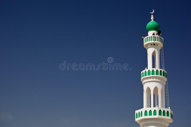 有尖塔的白色清真寺反对蓝天 库存照片
