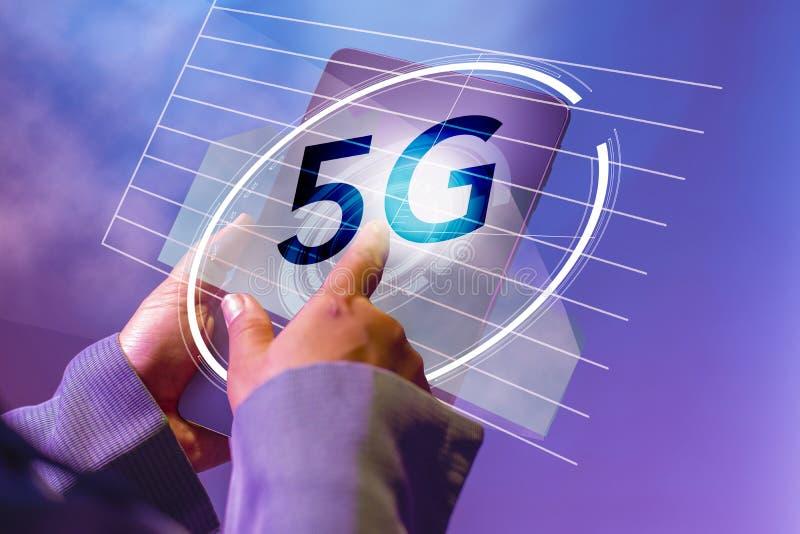有尖手指的接触数字片剂browshing的,在5G在虚屏概念的象流程 事务和聪明 免版税库存照片
