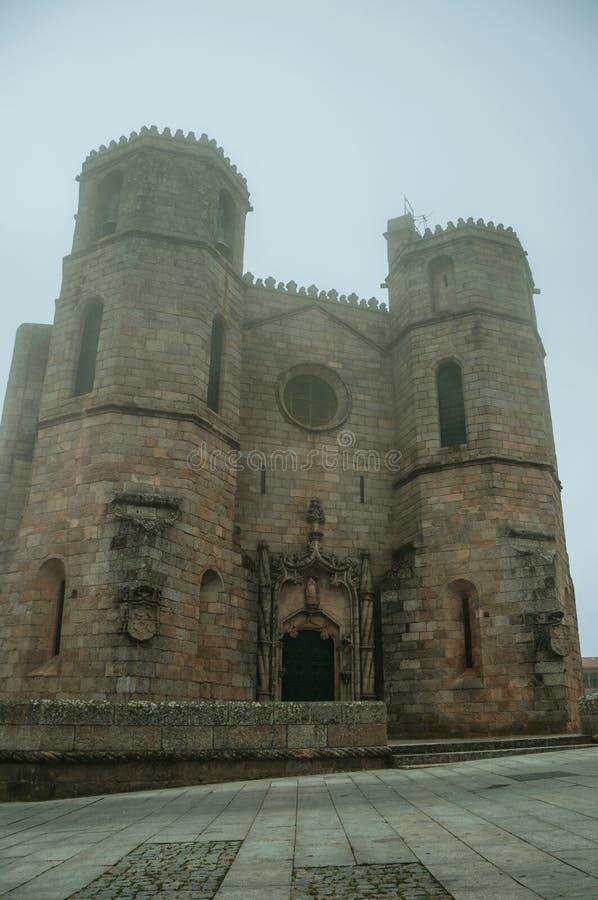 有尖顶的哥特式大教堂在早晨薄雾 免版税库存图片