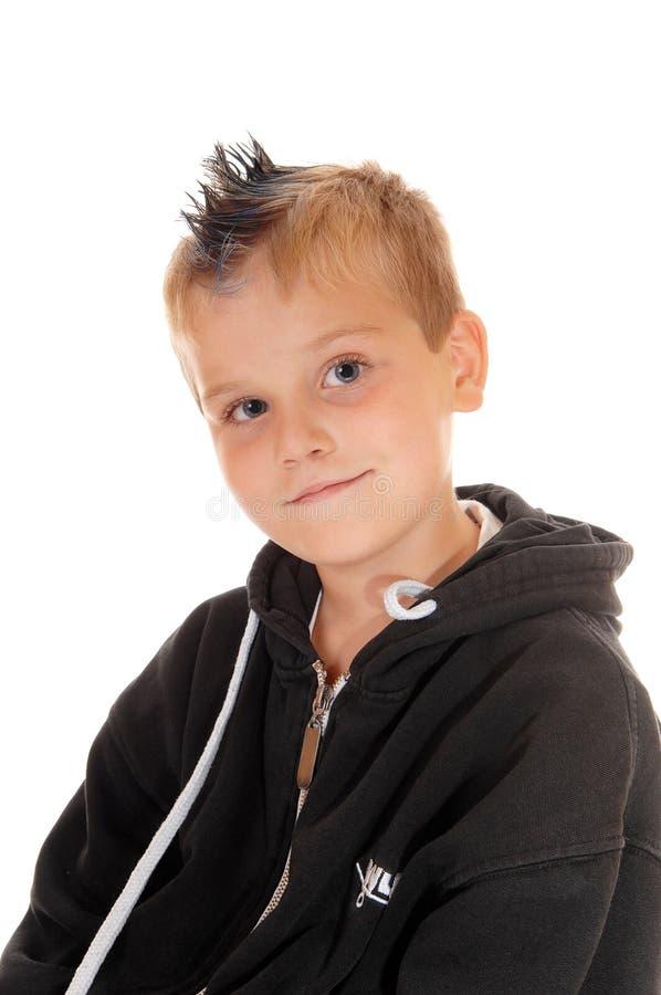 有尖头发的英俊的年轻男孩 免版税图库摄影