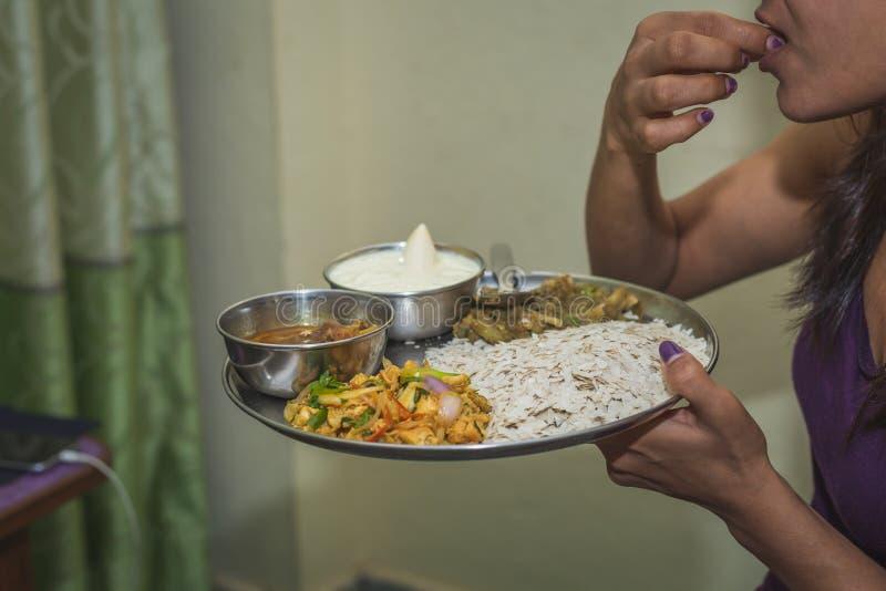 有尼泊尔印度在板材设置的妇女Dar或膳食 尼泊尔锡 免版税库存照片