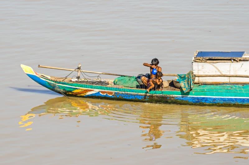 有居住对此的一个柬埔寨家庭的长尾巴木小船 免版税库存图片