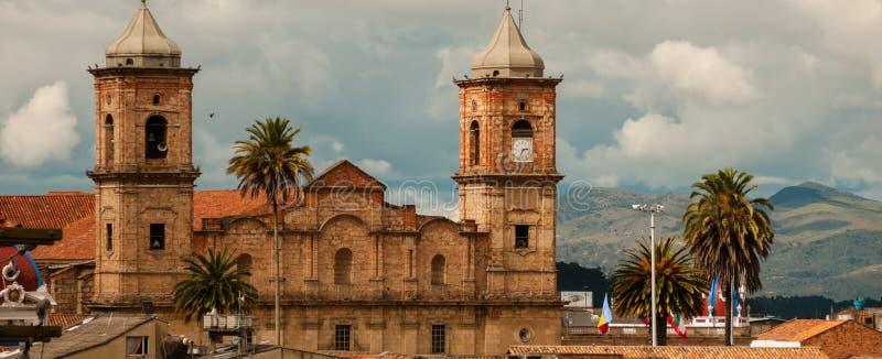有屋顶和棕榈树的老殖民地石教会 免版税库存照片