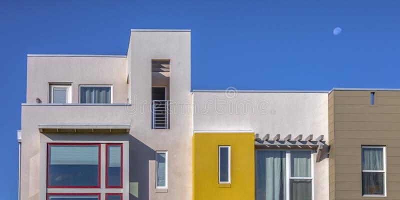 有屋顶平台的被日光照射了现代家在破晓犹他 库存图片