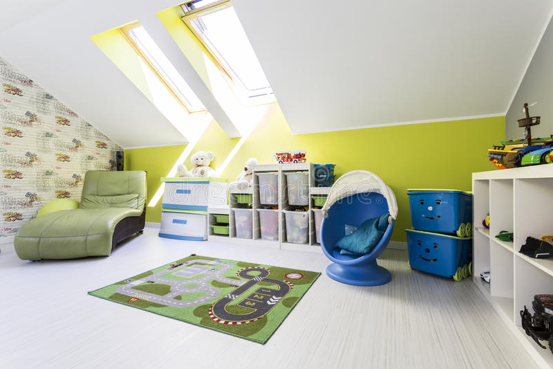 有屋顶窗口的绿色儿童居室 免版税库存图片