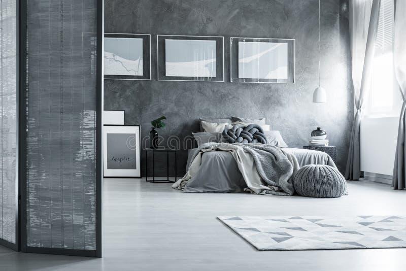 有屏幕的灰色卧室 库存照片