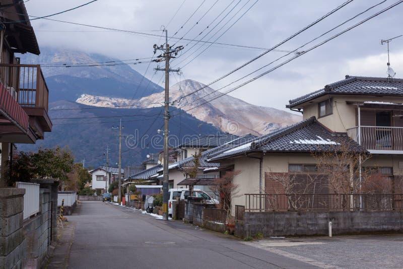 有山和河的小村庄 库存照片