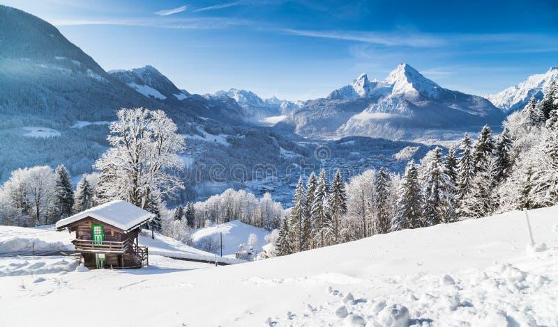 有山瑞士山中的牧人小屋的冬天妙境在阿尔卑斯 库存照片