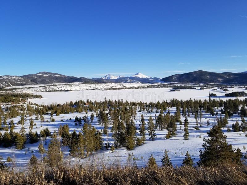 有山的冻湖在背景中 库存图片
