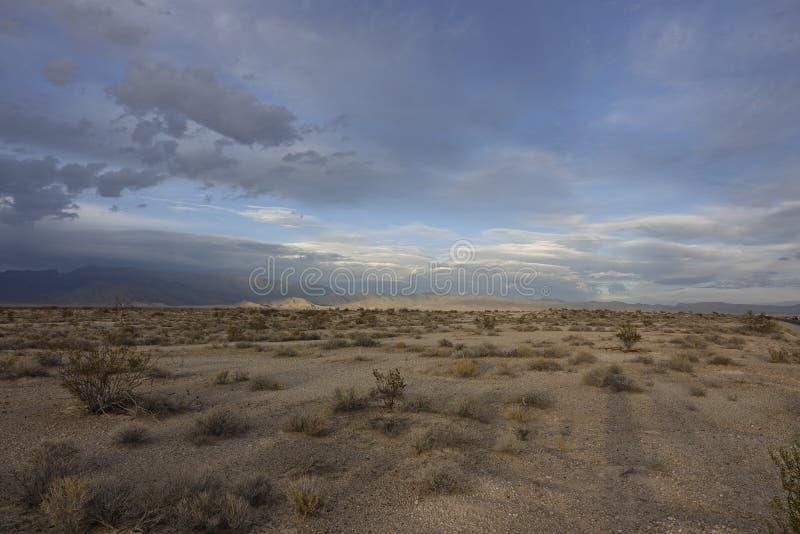 有山的沙漠在日落前 免版税图库摄影