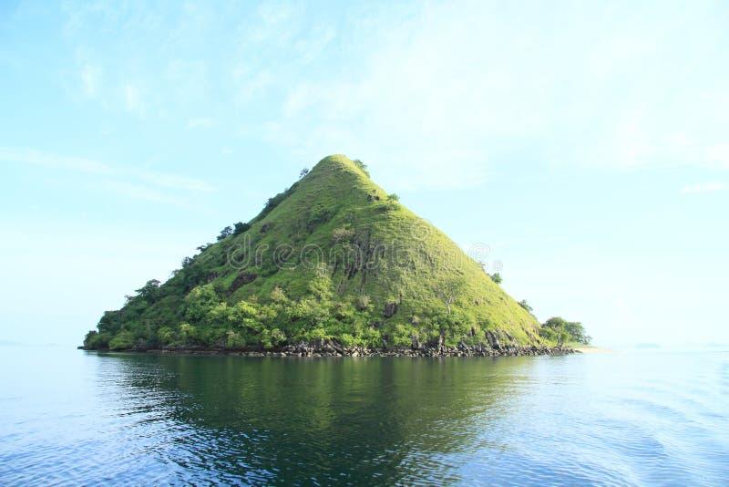 有山的海岛 库存图片