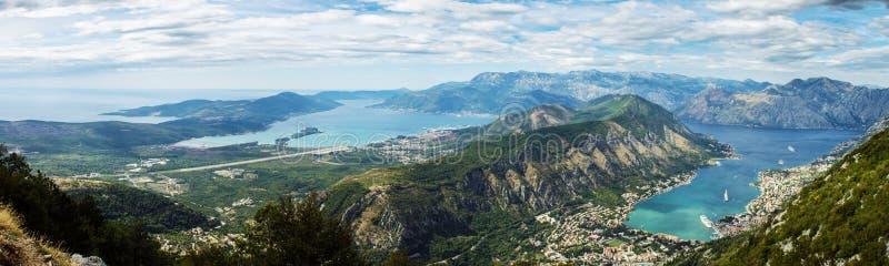 有山的美好的海湾海湾全景 kotor montenegro 免版税库存照片