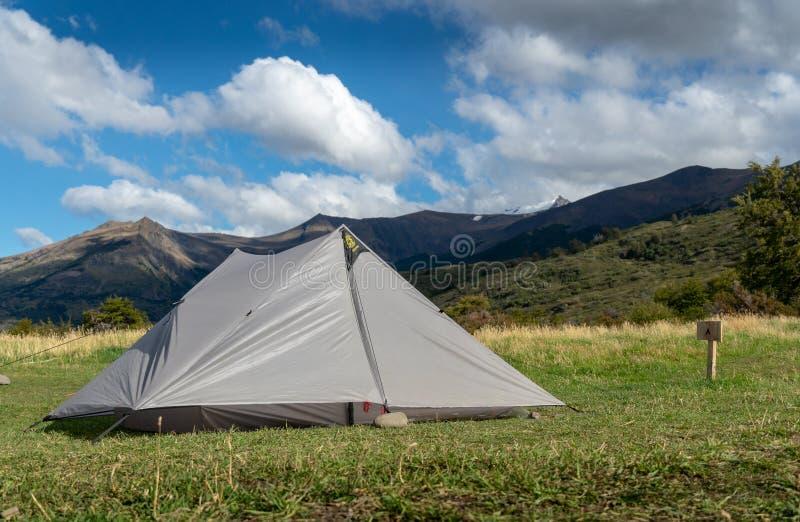 有山的被投的帐篷在背景中 免版税库存图片