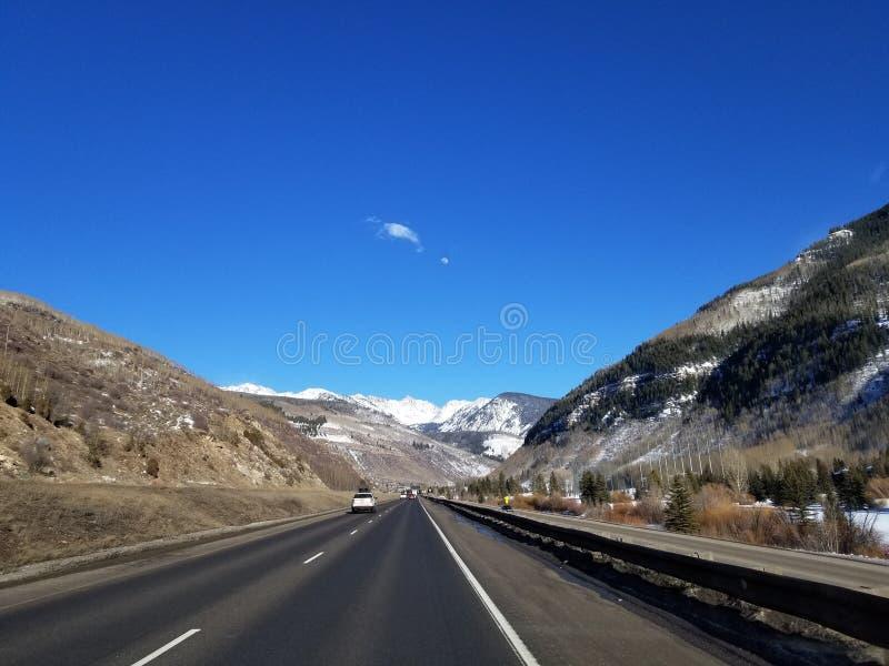 有山的路在背景中 免版税库存照片