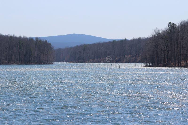 有山的闪耀的湖 免版税图库摄影
