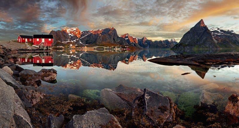 有山的,全景挪威村庄雷讷 免版税图库摄影