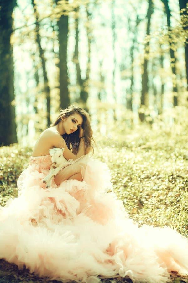有山羊的魅力妇女在森林里 免版税库存图片