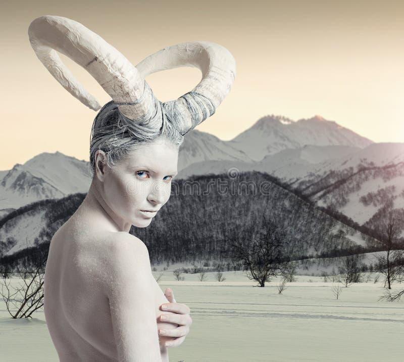 有山羊身体艺术的女性 免版税库存照片
