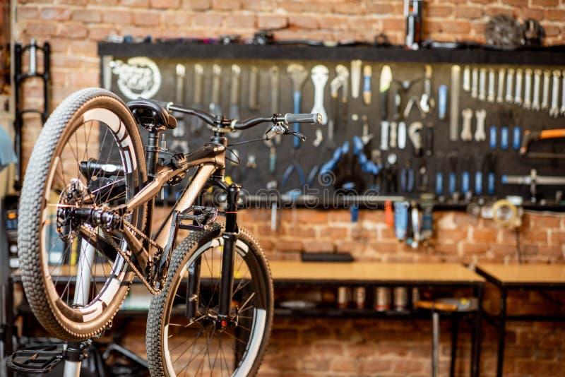 有山自行车的车间 免版税库存照片