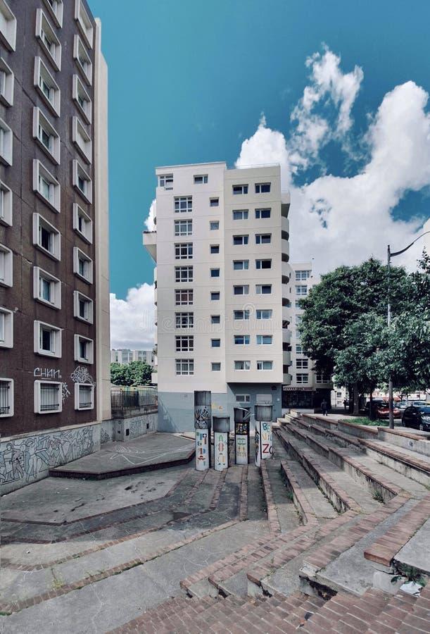 有岗位现代建筑学的现代区在巴黎,贝尔维尔,法国 免版税库存照片