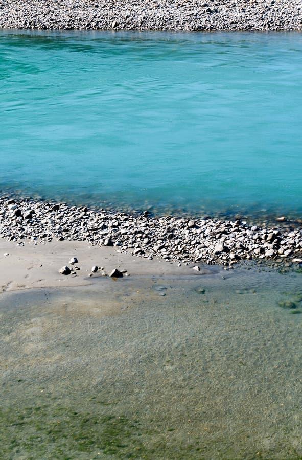 有岩石和另外颜色大海的莱茵河 图库摄影