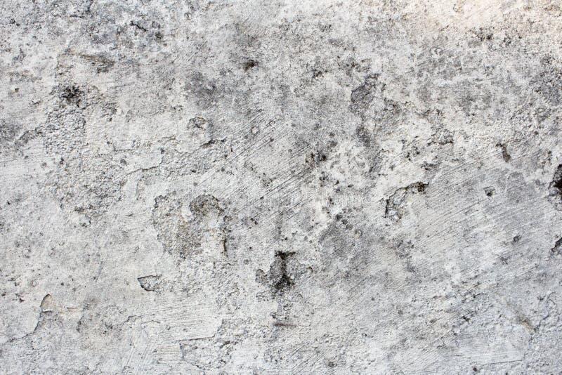 有崩裂的油漆的损坏的和肮脏的白色墙壁剥皮和和模子 难看的东西纹理或背景与拷贝空间 免版税库存照片