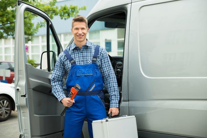 有工作工具和工具箱的工作者 免版税库存图片
