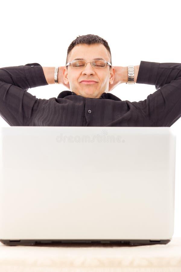 有工作的成功的人在休息在和平的互联网在h旁边 免版税库存图片