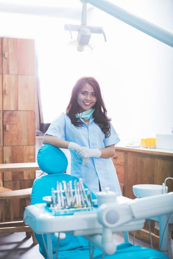 有工具的女性牙医在医疗办公室诊所 免版税图库摄影