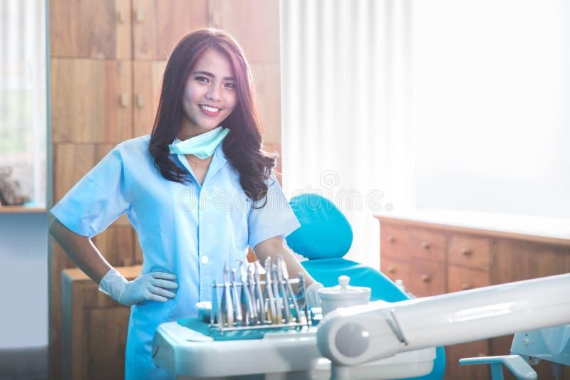 有工具的女性牙医在医疗办公室诊所 库存照片