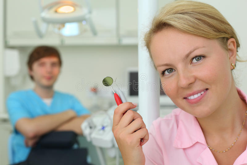 有工具的牙科医生在机柜牙齿诊所 库存照片