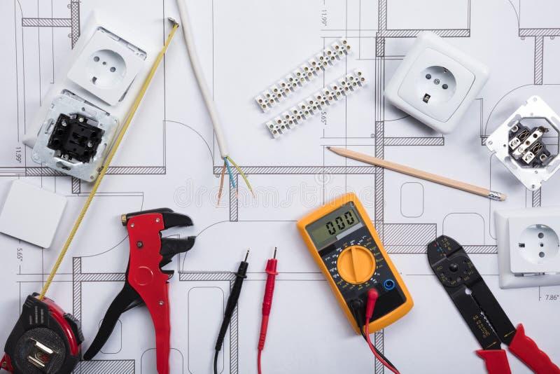 有工具的电子仪器在图纸 库存照片