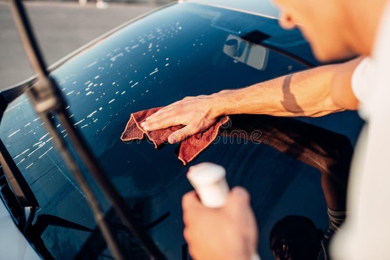 有工具的男性手为洗涤窗口,洗车 免版税库存照片