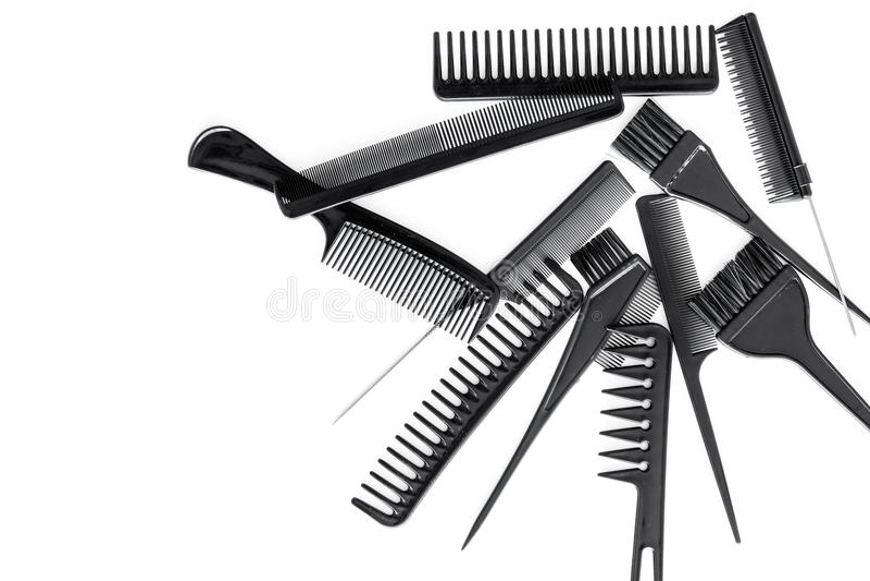 有工具的美发师运转的书桌为称呼在白色书桌背景顶视图嘲笑的头发  免版税库存图片