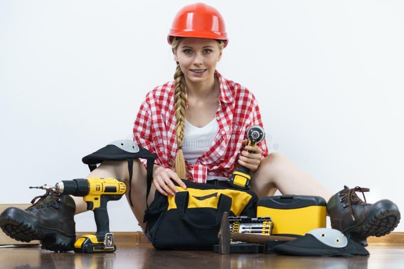 有工具袋的妇女建设性的工作者 免版税库存图片